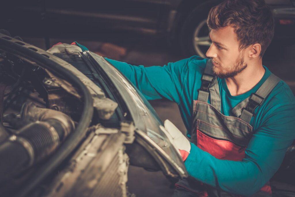 Rozbite reflektory po stłuczce – jak naprawić auto?