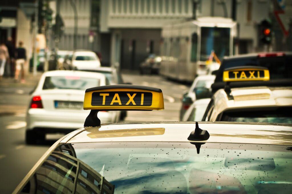 Jak wybrać firmę taksówkarską?